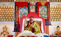 Dalai lama, em 28 de outubro de 1993 no templo budista de Karma Migyur Ling (AFP/Arquivos)