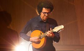 O bandolinista Hamilton de Holanda ensina no em seu curso on-line 'PiMB, Princípios da Improvisação na Música Brasileira' (Divulgação/Facebook/Hamilton de Holanda)