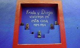 Na bonita Casa Azul, Frida Khalo viveu e morreu em companhia de Diego Rivera, o mais talentoso muralista mexicano (Omar Torres/AFP)