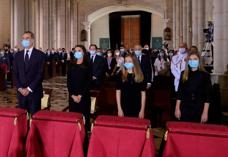 Rei da Espanha Felipe VI, rainha Letizi, princesa Leonor e sua irmã Sofia rezam pelas vítimas da COVID-19 em missa realizada na catedral Almudema, em Madri, no dia 6 de julho de 2020