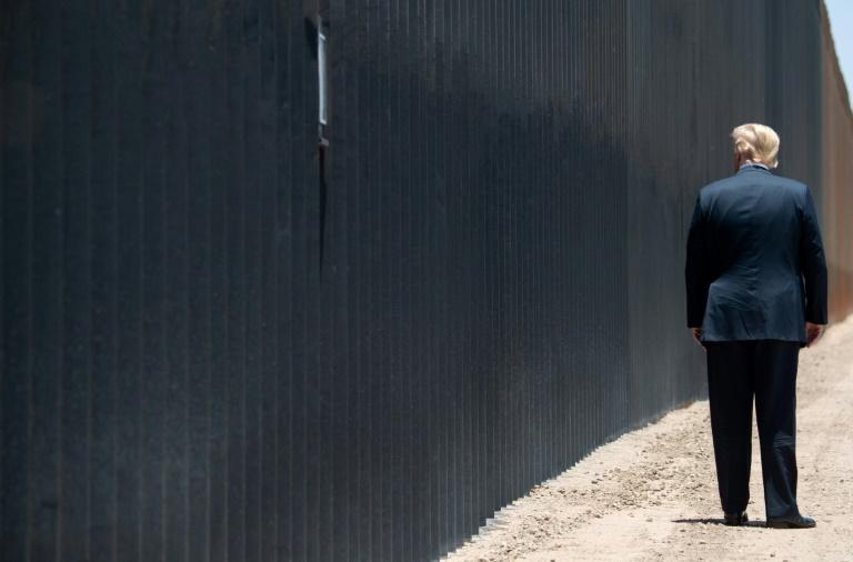 O presidente Donald Trump ao lado do muro fronteiriço entre EUA e México na altura de San Luiz, Arizona, 23 de junho de 2020