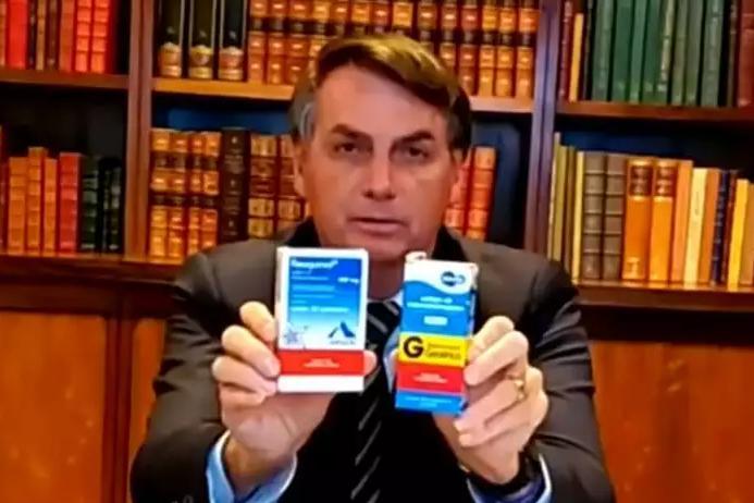 Bolsonaro mostra medicamentos durante uma de suas habituais lives