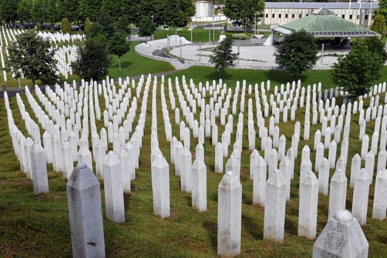 Lápides de vítimas do massacre de Srebrenica em um memorial na cidade de Potocari