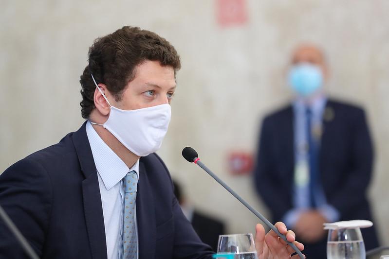 Ministro do Meio Ambiente é pressionado pela falta de política ambiental