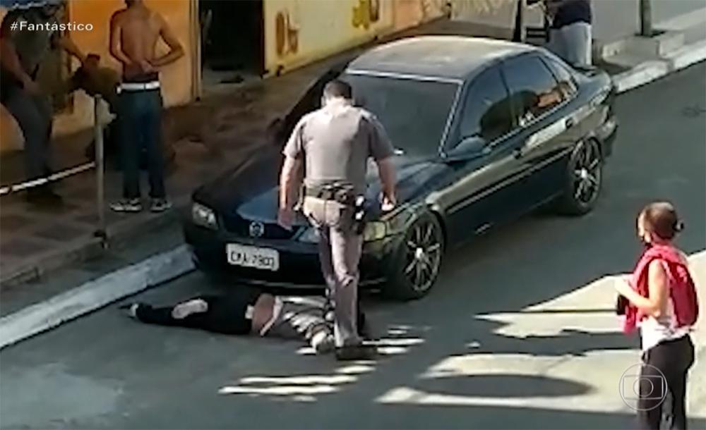 Os policiais envolvidos na agressão foram afastados de suas funções e estão sendo investigados, informou o governo de São Paulo, sem especificar em que data eles foram suspensos