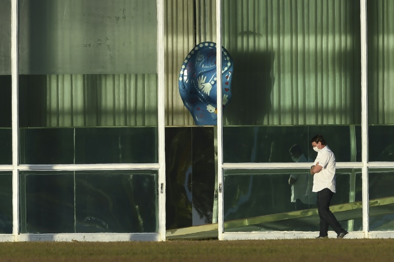 O presidente Jair Bolsonaro caminha do lado de fora do Palácio do Alvorada, em Brasília, 13 de julho de 2020, durante a quarentena a que está submetido após ter testado positivo para a COVID-19
