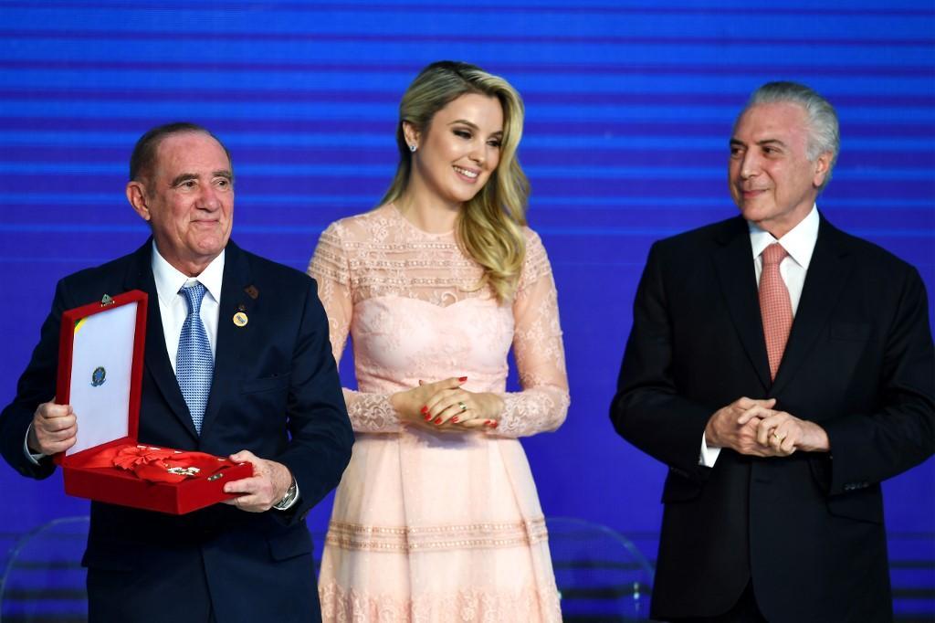 Renato Aragão recebe a Insígnia da Ordem do Mérito Cultural no Grau de Grâ-Cruz em 2017