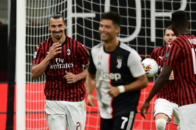Zlatan Ibrahimovic ri em campo com Cristiano Ronaldo durante a vitória do Milan sobre a Juventus por 4 a 2.