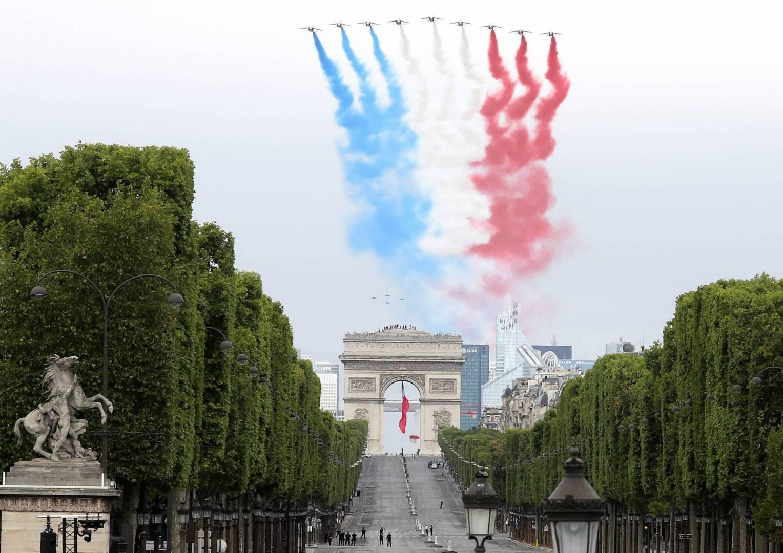 O tradicional desfile militar na Place de la Concorde, no centro de Paris, reuniu sob um céu nublado cerca de 2 mil soldados, metade do habitual