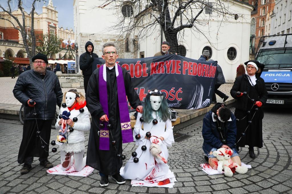 Ativistas protestam contra encobrimentos e negações da Igreja Católica envolvendo escândalos de pedofilia. Cracóvia, Polônia, em 22 de dezembro de 2019