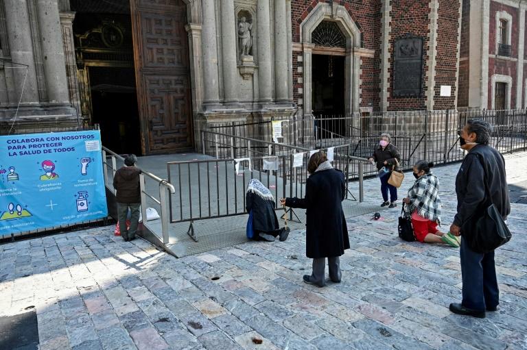 Peregrinos usando máscaras rezam no átrio da Basílica de Guadalupe, na Cidade do México, em 10 de julho de 2020, em meio à pandemia de coronavírus.
