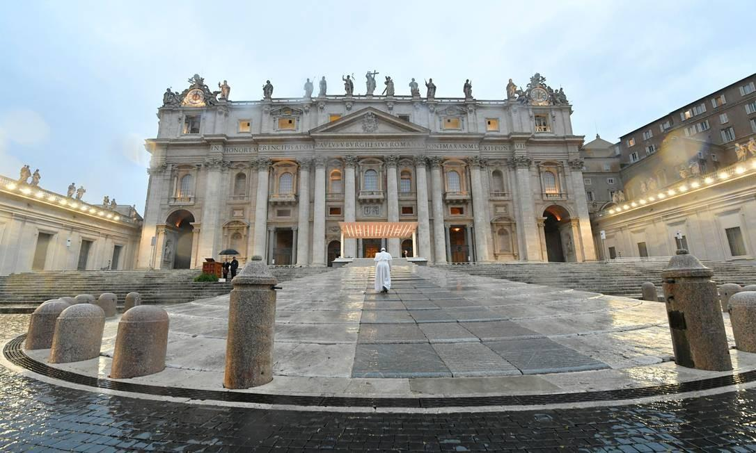 Papa Francisco chega sozinho à praça de São Pedro e reza pelo fim da pandemia, em 27 de março