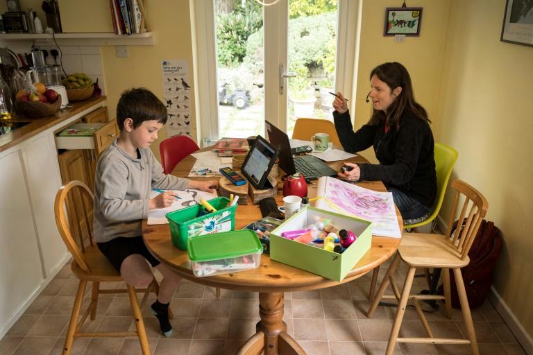 Tarefas escolares em casa geralmente afetam o dia de trabalho da mãe