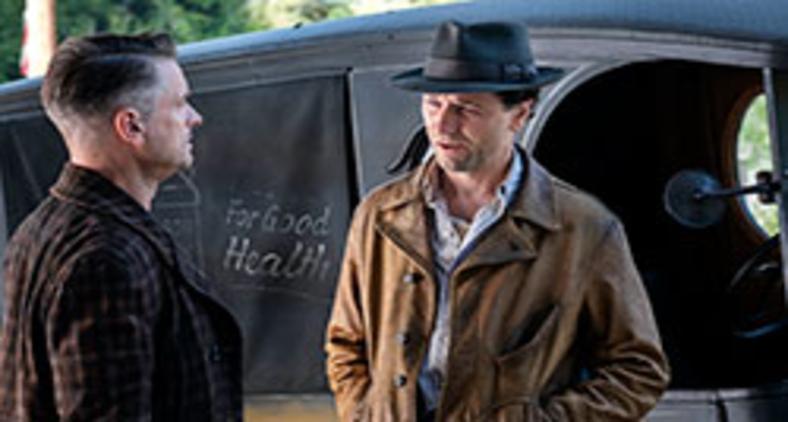 Shea Whigham e Matthew Rhys na primeira temporada de Perry Mason (Divulgação/ Copyright HBO)