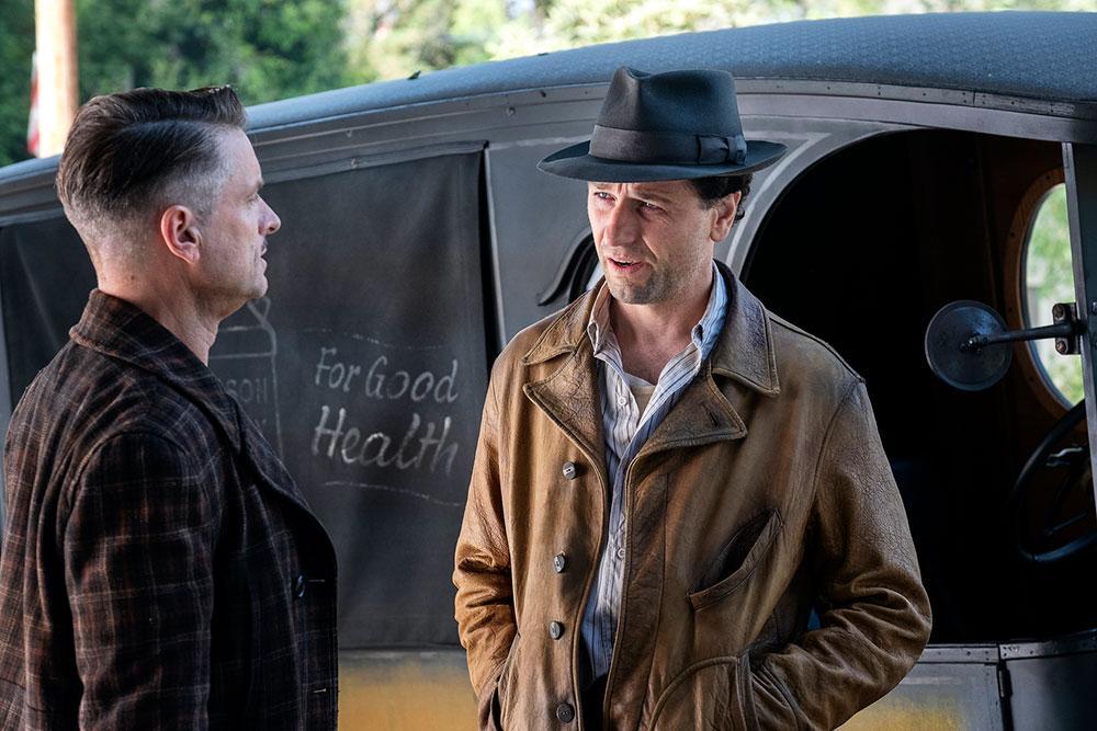 Shea Whigham e Matthew Rhys na primeira temporada de Perry Mason