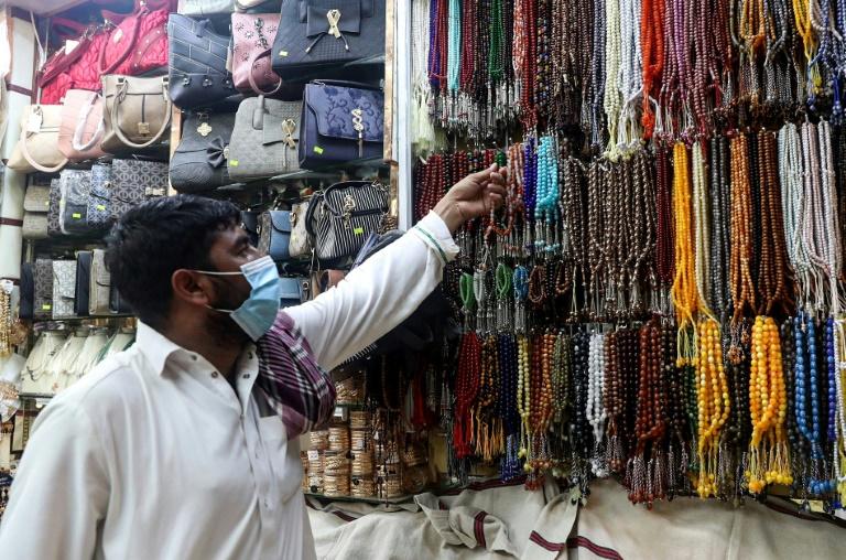 Homem olha para colares para oração em 27 de junho de 2020 em Meca, Arábia Saudita
