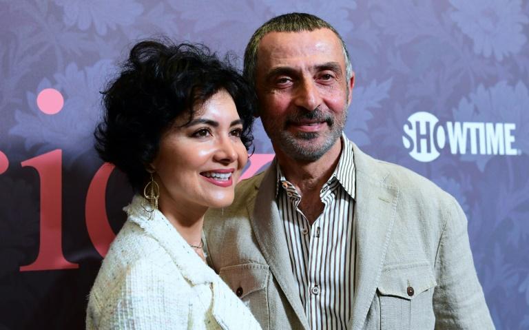 O ator Shaun Toub posa com sua parceira, Lorena, na estreia de uma série em abril de 2018 em Hollywood