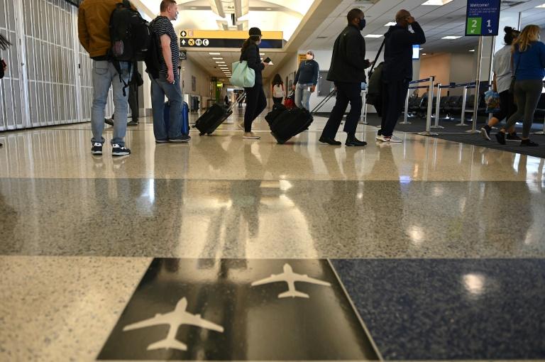 Passageiros usam máscaras antes de embarcar no aeroporto George Bush Intercontinental de Houston, Texas