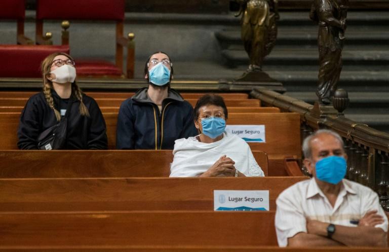 Fiés respeitam distância social na reabertura da Catedral Metropolitana de Cidade do México, em 26 de julho de 2020