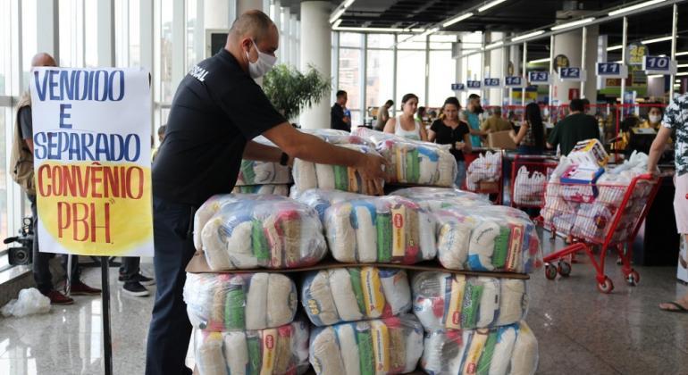 A entrega de cestas e kits, planejada inicialmente para abril, maio e junho, foi prorrogada até agosto e tem garantido a segurança alimentar e proteção a milhares de famílias em toda a cidade