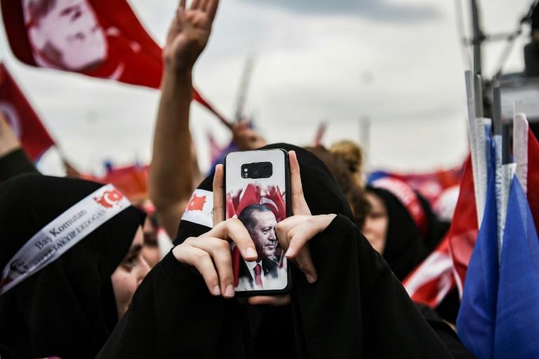 Simpatizante do presidente Recep Tayyip Erdogan tira fotos em um comício, em Istambul
