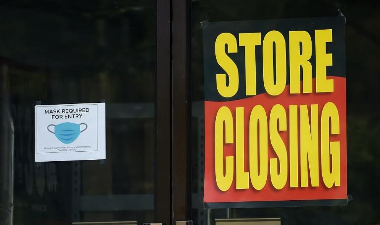 Cartaz que diz 'Loja fechando' é exibido em Arlington, Virgínia, Estados Unidos