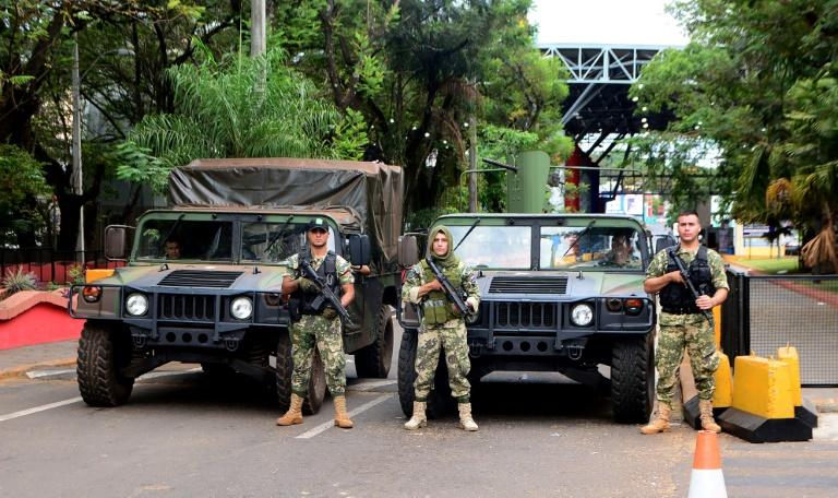 Militares bloqueiam acesso à Ponte da Amizade em Ciudad del Este, Paraguai, na fronteira com o Brasil, 18 de março de 2020