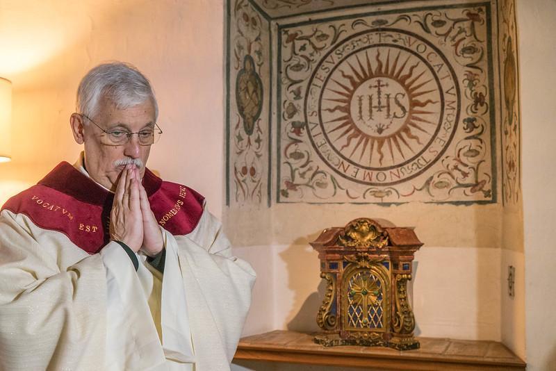 Padre Arturo Sosa na capela erigida nos antigos aposentos de Santo Inácio em Roma pouco depois de ser eleito prepósito geral da Companhia de Jesus