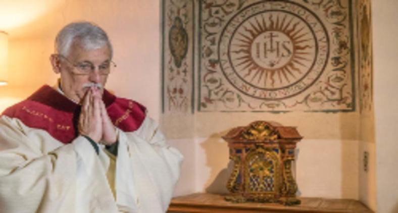 Padre Arturo Sosa na capela erigida nos antigos aposentos de Santo Inácio em Roma pouco depois de ser eleito prepósito geral da Companhia de Jesus (GC36 Communications)