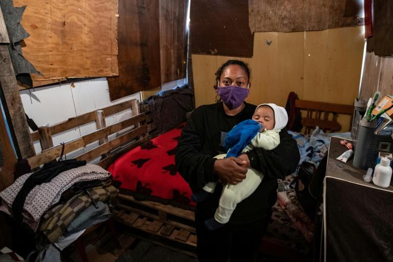 Priscila Tomas da Silva com o filho Igor em sua casa na comunidade Jardim Julieta, em São Paulo