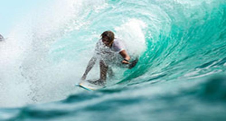 O surfista que chega até o fim de uma competição, se classifica e às vezes até ganha uma medalha não é o mais forte, mas para o que sabe melhor se adaptar às ondas (Unsplash/Jeremy Bishop)