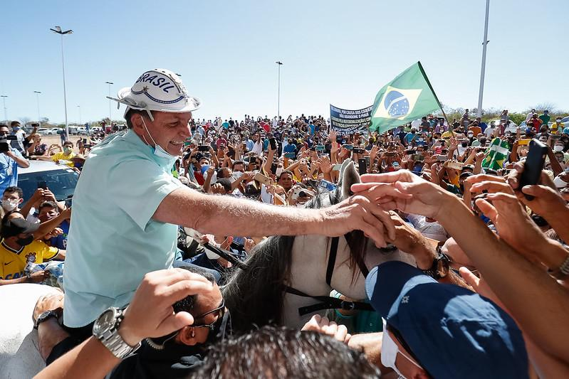 Com máscara do queixo, presidente ignora risco do novo coronavírus em visita ao Piauí