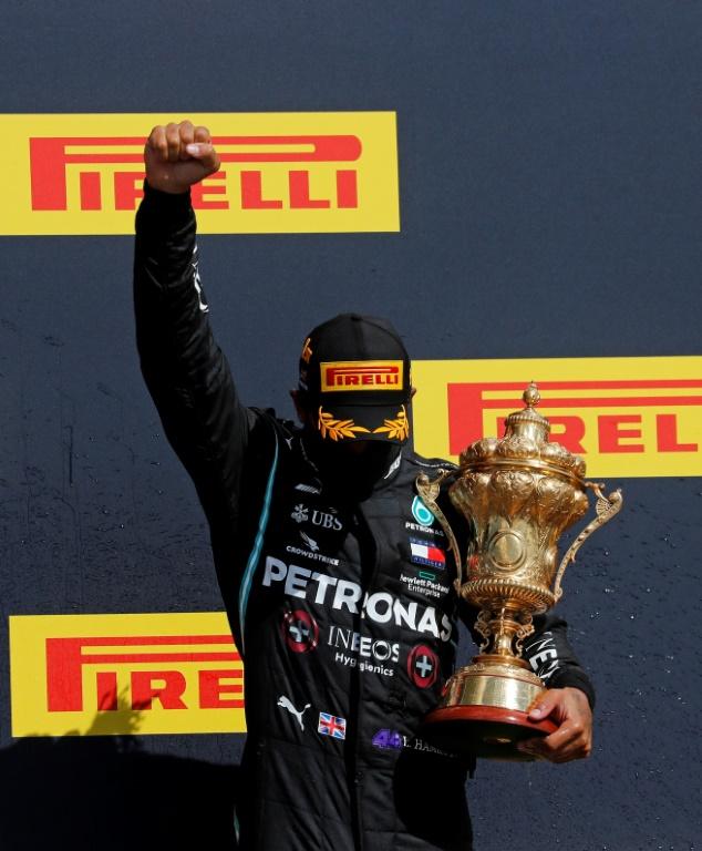 Lewis Hamilton celebra sua sétima vitória no circuito de Silverstone, palco do GP da Inglaterra
