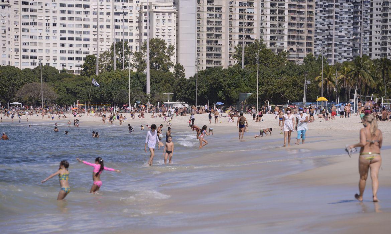 Nas praias da zona sul da capital, além de aglomerações havia muita gente deitada e sentada em cadeiras na areia, contrariando as determinações que proíbem esta prática