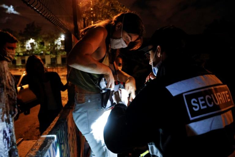 Um segurança verifica pertences dos 'teusfeurs' que participam de festa no Bois de Vincennes