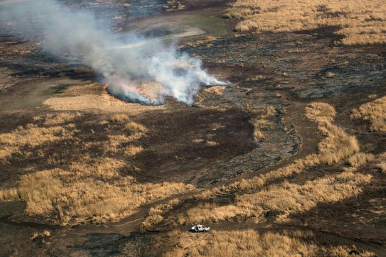 Vista aérea de terras secas queimando no delta do rio Paraná na província de Entre Ríos, Argentina