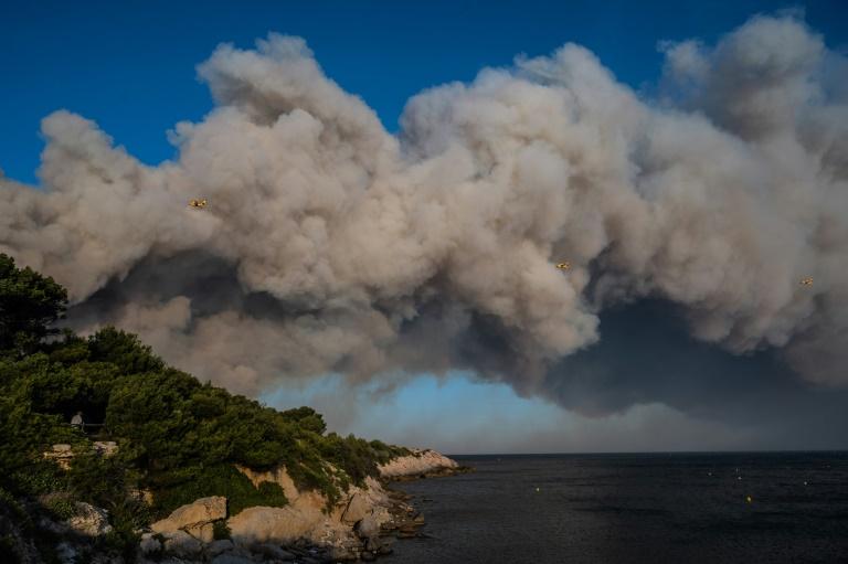 Três aviões Canadair da Defesa Civil sobrevoam região atingida por incêndio em La Couronne
