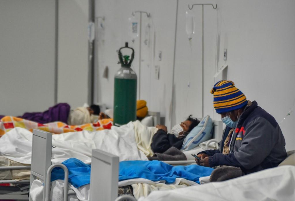 Pacientes infectados com Covid-19 recebem atenção na área de triagem, no hospital regional Honorio Delgado, na cidade andina de Arequipa, sul do Peru, em 23 de julho de 2020