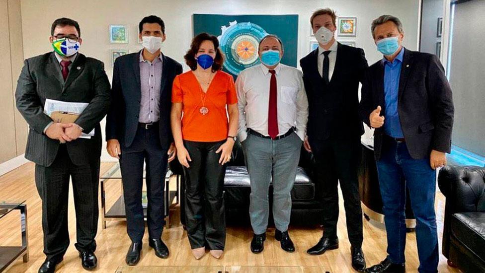 O grupo foi liderado pela médica Maria Emília Gadelha Serra. Nas redes sociais, ela comemorou: ?Ozonioterapia na Saúde!?, em foto ao lado de Pazuello.