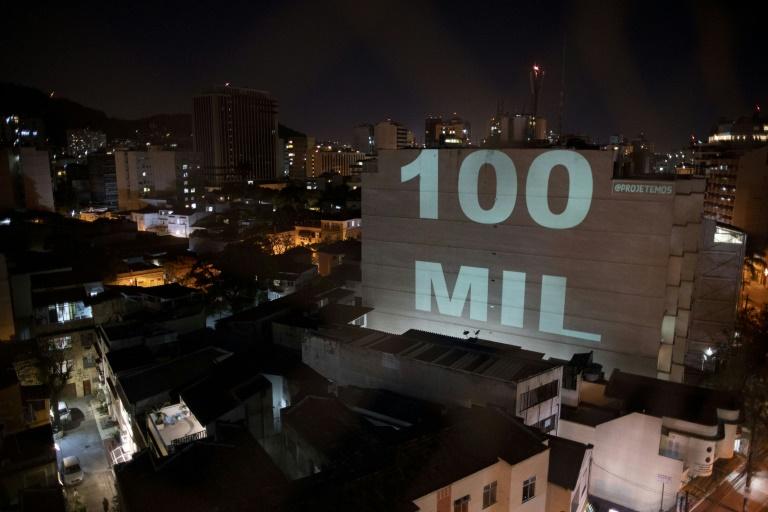 Homenagem aos mais de 100.000 brasileiros que faleceram pela COVID-19 em um edifício no bairro de Botafogo, no Rio de Janeiro, 8 de agosto de 2020