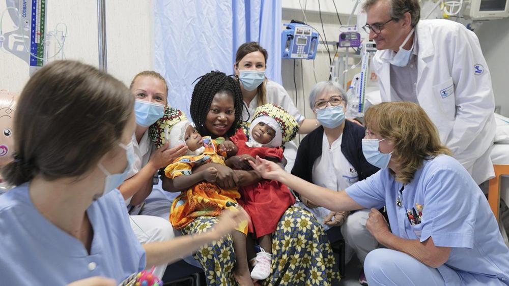 A mãe e as gêmeas com a equipe médica