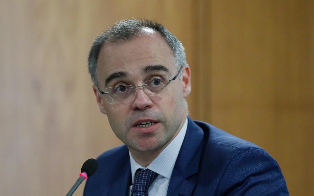 Mendonça apresentou relatórios de gestões passadas na intenção de convencer os parlamentares de que a pesquisa sobre opositores do governo é procedimento comum