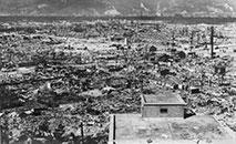Os ataques atômicos dos Estados Unidos mataram 140 mil pessoas em Hiroshima e mais de 70 mil em Nagasaki, seja instantaneamente ou mais tarde, devido aos efeitos horríveis das queimaduras da explosão nuclear de alta temperatura e do mal da radiação (Arquivo/ AFP)