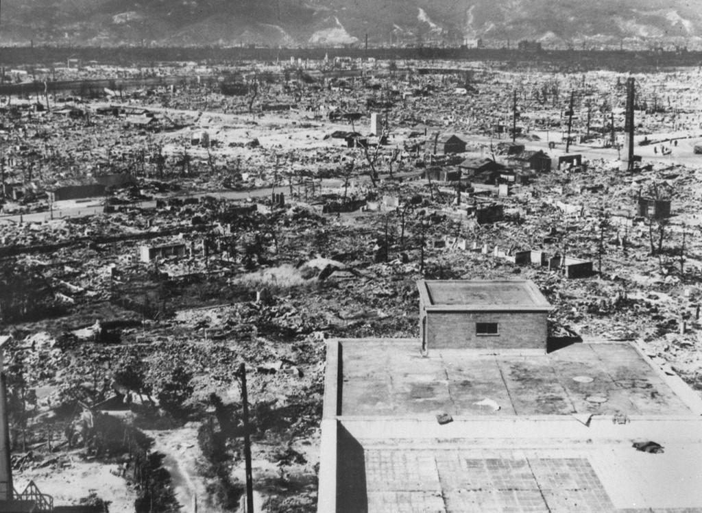 Os ataques atômicos dos Estados Unidos mataram 140 mil pessoas em Hiroshima e mais de 70 mil em Nagasaki, seja instantaneamente ou mais tarde, devido aos efeitos horríveis das queimaduras da explosão nuclear de alta temperatura e do mal da radiação