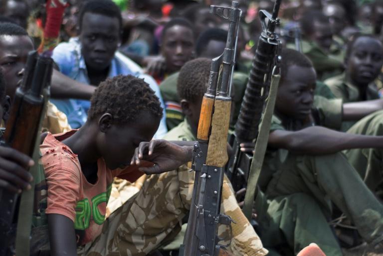 Jovens sul-sudaneses se preparam para cerimônia de desarmamento organizada pela ONU em Pibor, estado de Jonglei, em 10 de fevereiro de 2015