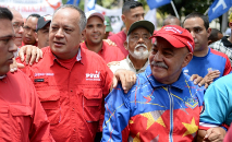 Foto de arquivo de 2017 em que Darío Vivas (direita) aparece ao lado de Diosdado Cabello (esquerda) em Caracas (Federico Parra/AFP)