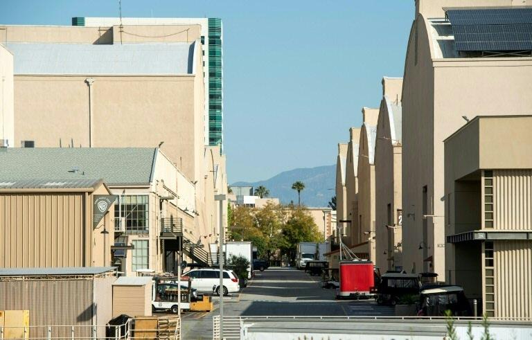 Rua vazia entre os estúdios da Warner Bros em Los Angeles, devido à paralisação pela pandemia