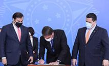 Bolsonaro e os presidentes da Câmara, Rodrigo Maia, e do Senado, Davi Alcolumbre (Isac Nóbrega/PR)
