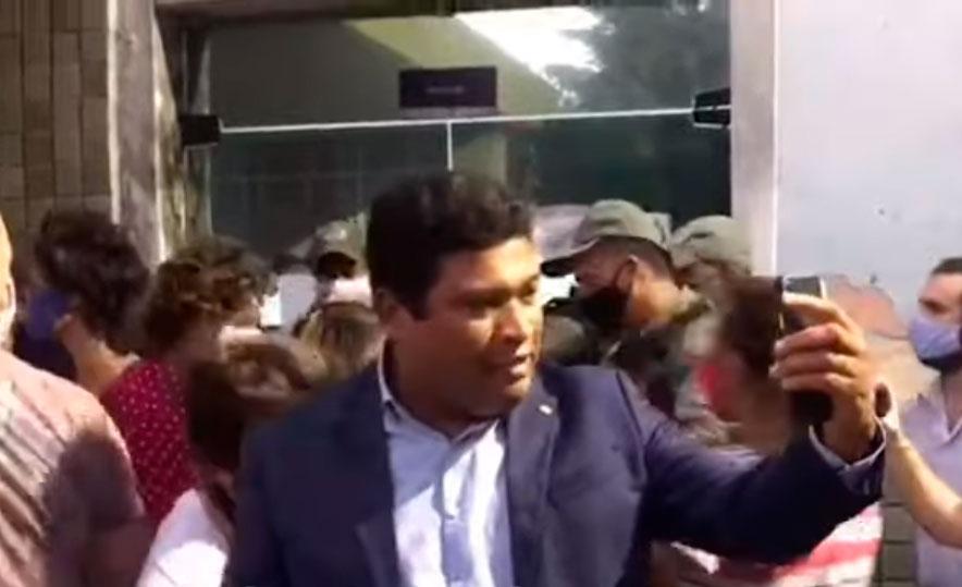 Deputado Joel da Harpa (PP) faz live durante tumulto na porta de centro médico