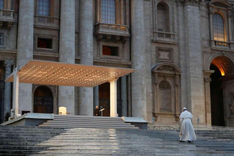 Papa Francisco reza pelo fim do coronavírus em 27 de março de 2020, na praça de São Pedro